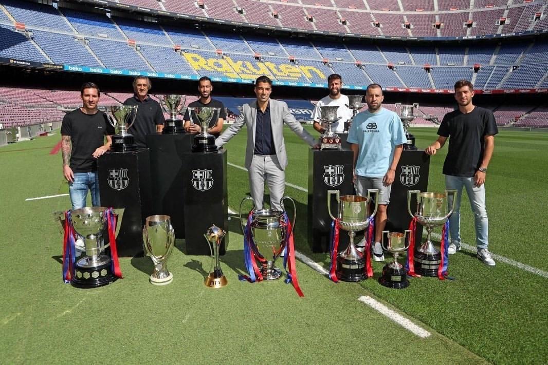巴塞罗那足球俱乐部为苏亚雷斯举办告别会,苏亚雷斯与队友告别