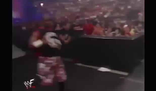 WWE几个人冲上台打送葬者和凯恩_结果更多人加入_场面失控