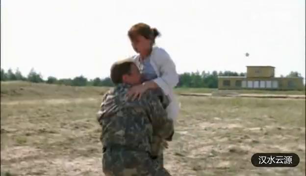 女朋友被调侃,这个俄军官就要拔枪射对方,果然是战斗民族的男人