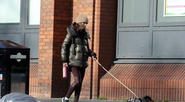艾米莉亚·克拉克现身街头,造型低调又朴素,小短腿狗子好可爱