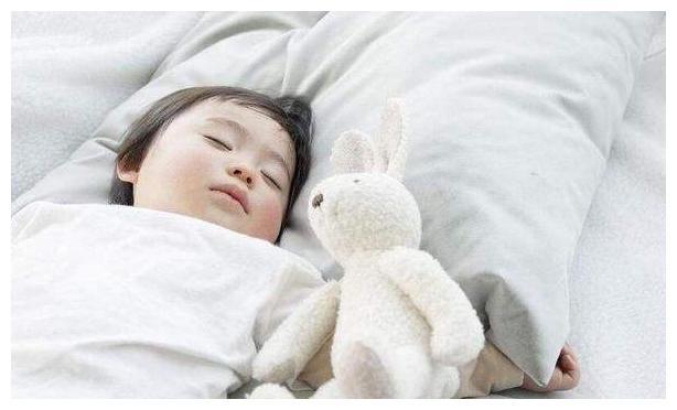 孩子不爱睡觉,睡前哭闹借口众多,聪明的妈妈都在这么做