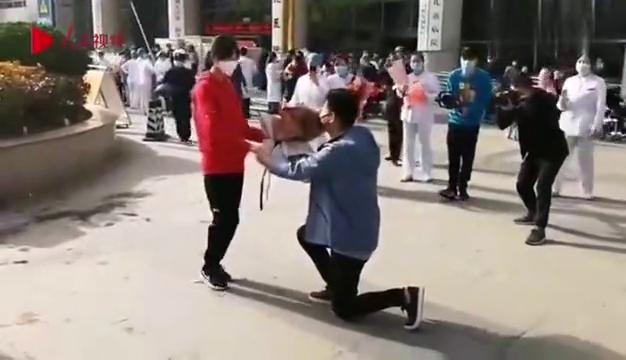 太甜了!西安援鄂医疗队护士被男友浪漫求婚后抱起来转圈圈