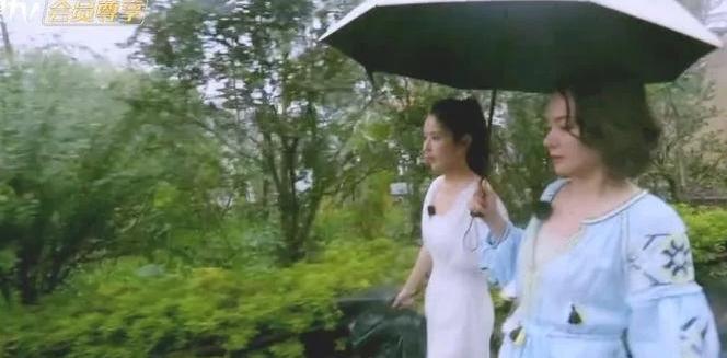 颖儿和程莉莎同打一把伞, 注意颖儿下楼梯的细节了吗