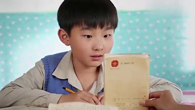 母亲拿来课本,哥俩很高兴,可没想到哥哥竟想起了父亲。