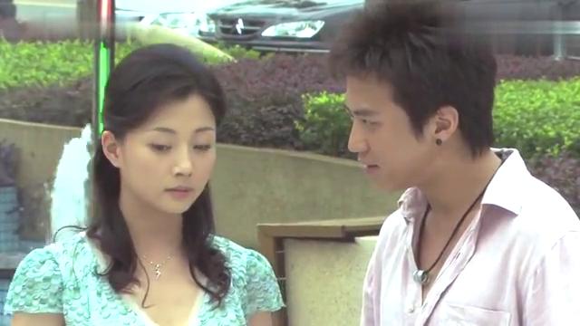 小伙大马路上想亲吻美女,美女:我怕离不开你