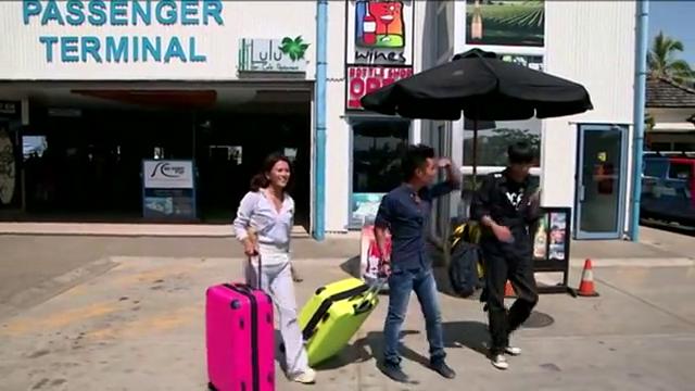 男子和朋友来到斐济,下飞机遇到小偷偷钱包,却好心抓错人