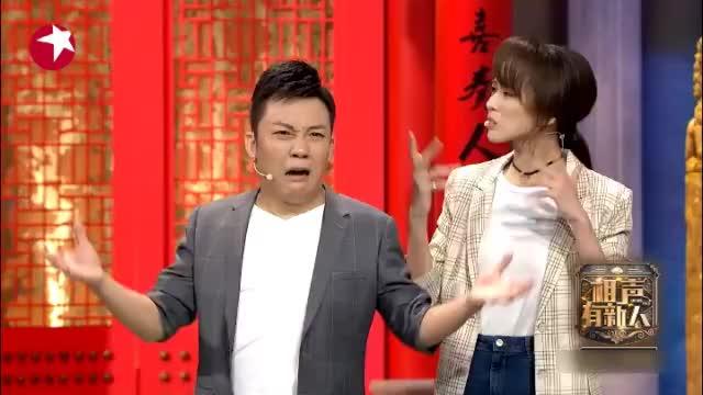 张鹤伦和小伙一起控诉郭德纲,郭德纲拿着扇子捂着嘴笑,太逗了