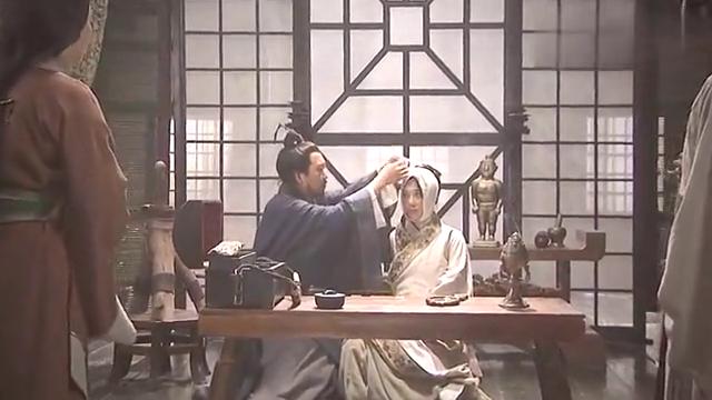 老爷子为儿媳摘下纱布的那一刻,瞬间惊艳了男子!太漂亮了