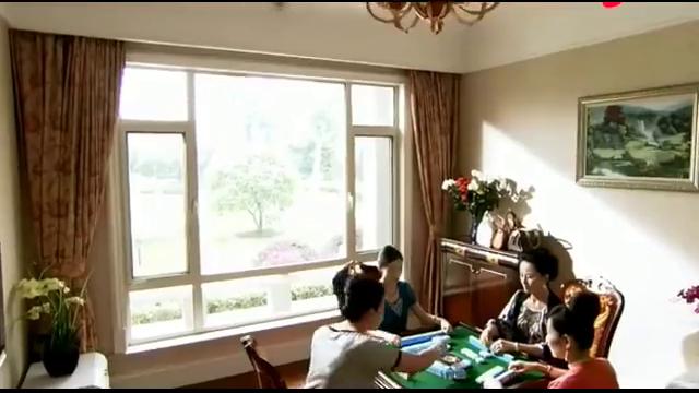 妻子赌性难改,约着牌友到了家中,丈夫发现后直接剁手