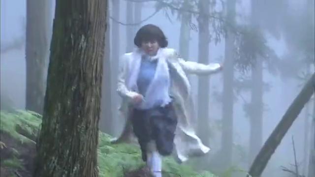 女子在林间逃命无意看见男人小便吓晕过去,被带走,小心啊!