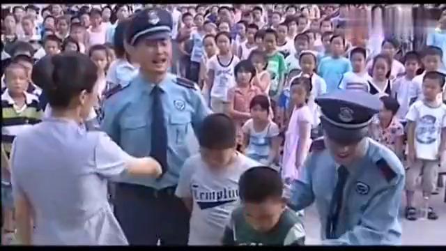 贵族学校校长看不起农民工子弟,结果下跪道歉乞求原谅!