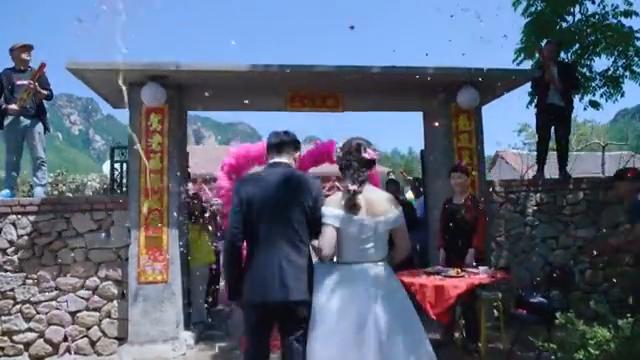 小夫妻历经波折终于结婚,画面温馨,这一家人说话跟说相声似的