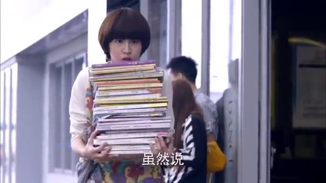 灰姑娘图书馆出来,却碰见学校三个恶霸,瞬间吓得直接倒退了