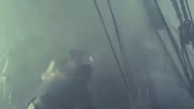 加勒比海盗:杰克船长一行人在暴雨中航行,努力平衡船身寻找方向