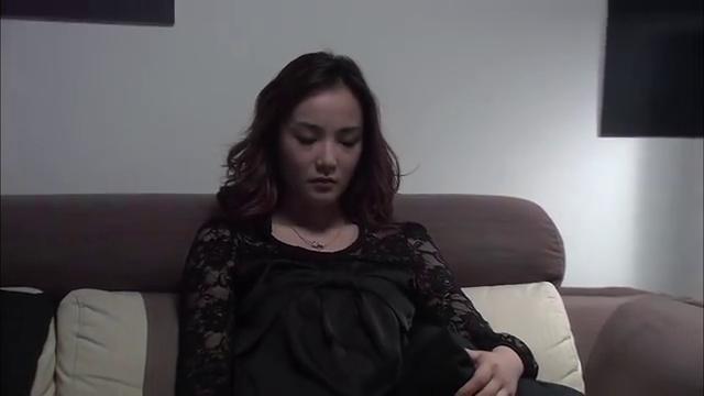 温柔的谎言:坐在沙发上的杨桃,困得摇摇欲坠,却又不敢熟睡!