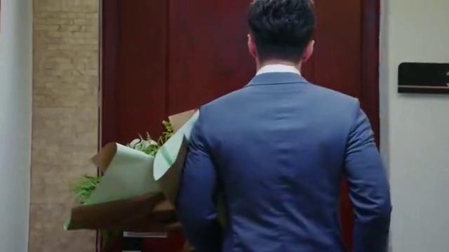 楼下女友请签收:非墨手捧鲜花给小暖惊喜,结果认错人,尴尬啦!