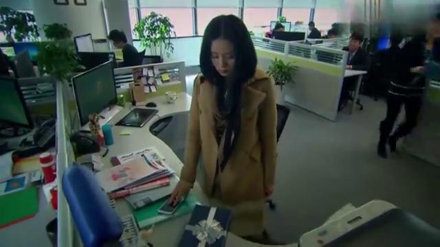 步步惊情:张晓回到办公室,看到神秘人送的能量糖果,跟同事分享