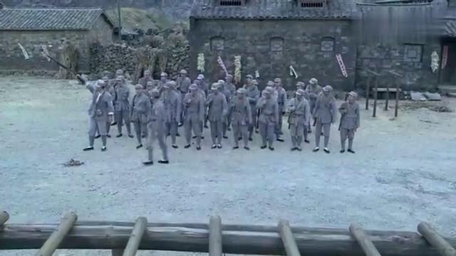 新兵要和排长一较高下,哪料排长身手了得,让新兵心服口服