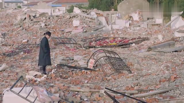 小伙回到原先的家,没想到已成为一片废墟,感触万千一涌而上