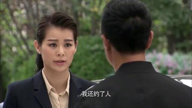 女孩看到继父与律师幽会,更加确信生父说的话,令她慌乱不已