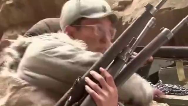 士兵用枪卡住鬼子坦克履带,谁知反被坦克碾压,下幕让人瞬间泪崩