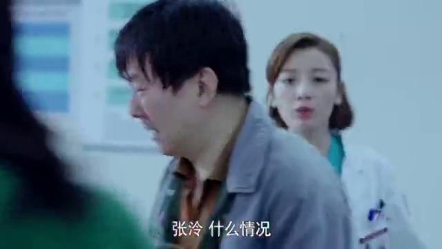 大妈发高烧39度,去医院却指名要年轻医生诊治,医生一来:妈!