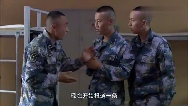 经典剧:新兵刚到宿舍抢床铺,不料抢到班长的铺,这下有好戏看
