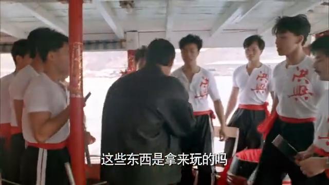 洪兴社小弟拿出砍刀玩乐,小领导看到不高兴了