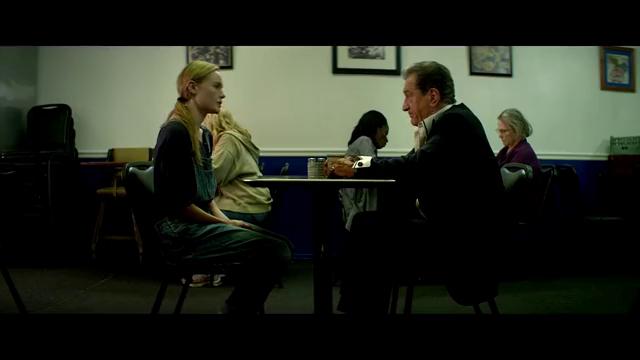年轻女子和一中年男子谈话,看来男子还是舍不得钱