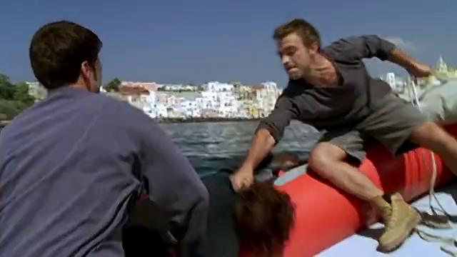 船上船长要求副手将抢交给自己,他不予许船上有武器