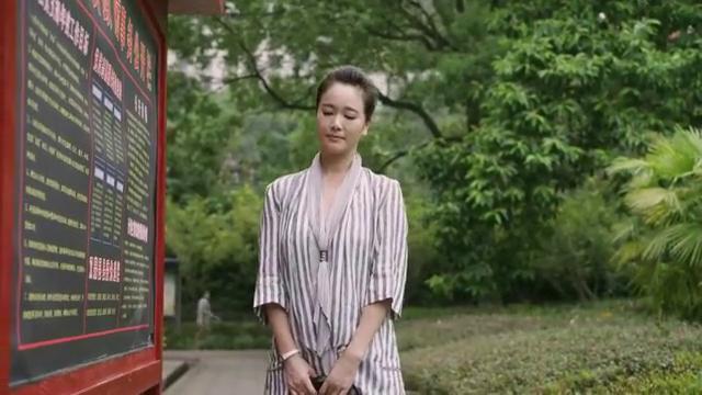 胡美凤在楼下等陈胜利,她看到陈胜利和武建一起从办公楼走出来
