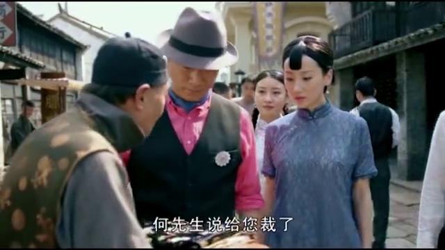 何辅堂带着赵素影逛街,两人在路上遇到了彩灵