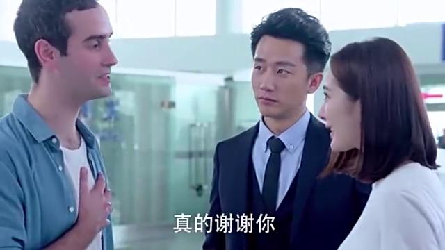 翻译官:法国小伙喜欢杨幂,机场相拥分别,一旁的黄轩吃醋了