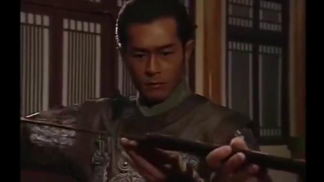 百战刀精钢铸成,和剑最大区别是刀背厚,刀刃薄,利于劈砍!