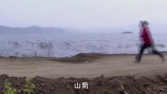 山菊假装卧轨自杀,怎料火车来了想跑的时候,脚竟被卡住了