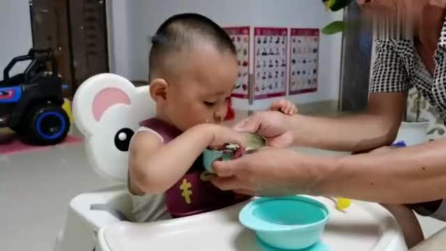 小孔宝属小猪吃饭就是香,一大碗小米粥,不一会就喝的干干净净