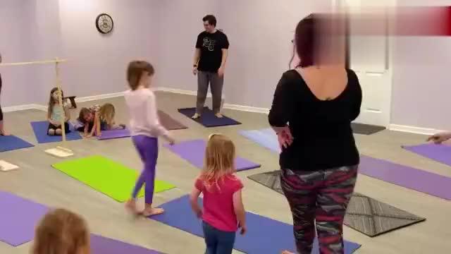 5胞胎姐妹挑战儿童瑜伽,一个个的小身影,太可爱了