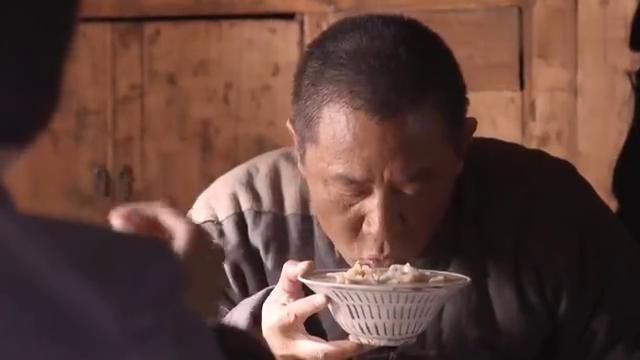 庄稼汉吃饺子不用筷子,直接端手里开始喝,这一通吸把我看饿了