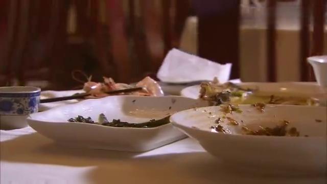 小伙到饭店狂吃霸王餐,下秒被店家一顿暴打,幸得贵人出手相助