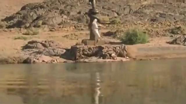 守护神把小婴儿流放在河里,巨蟒守护孩子飘走,果然天选之子!