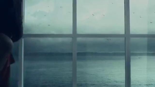 海啸来袭,小伙左手抱着儿子,右手牵着老妈,拼了命地想要逃