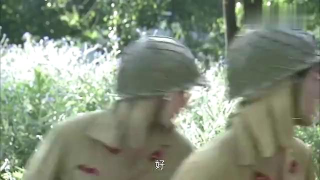 鬼子骑着摩托车想逃,无奈被骑兵追杀,两颗手榴弹全炸了!