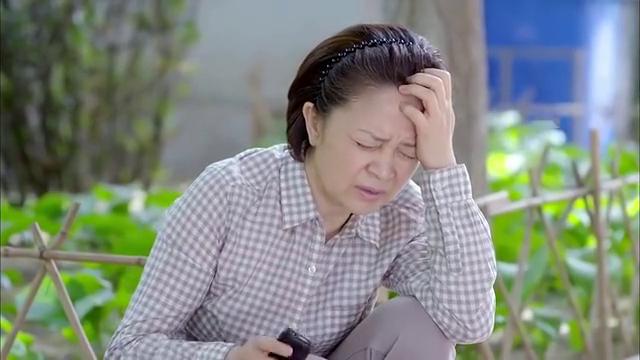 老奶奶晕倒在地,没人敢搀扶自己打电话送进医院,人性的可怕