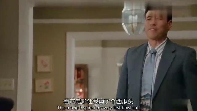 华裔奶奶看起来弱不禁风,没想到竟能徒手掰西瓜单手举空调,厉害