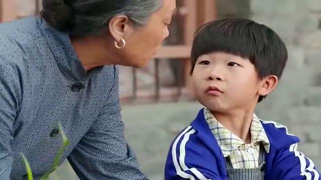 俺娘田小草:男孩太懂事,帮奶奶洗碗,坏婶婶却逼男孩洗碗,可恶
