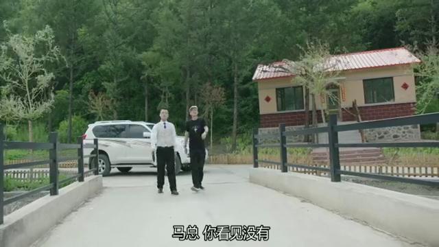 乡村爱情:游客开车来象牙山吹牛,赵四搁后面仔细听着