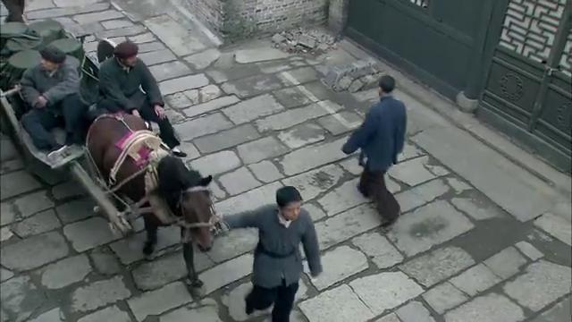 刘久万,龙成昌等带着新买的甘油,去往军团部