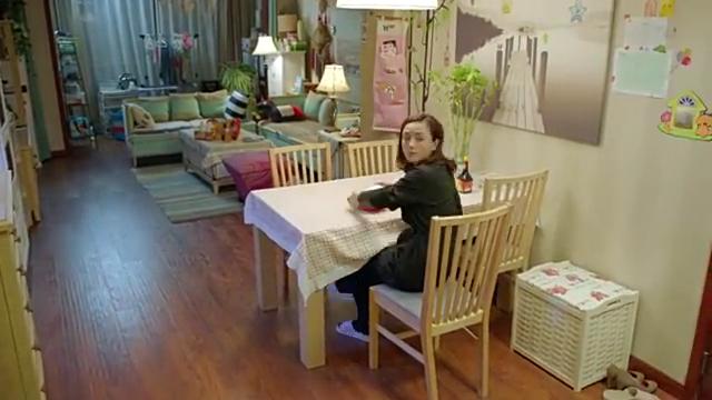 小别离:吴芳妮看望妹妹,一看吴佳妮吃泡面呢,心疼妹妹了!