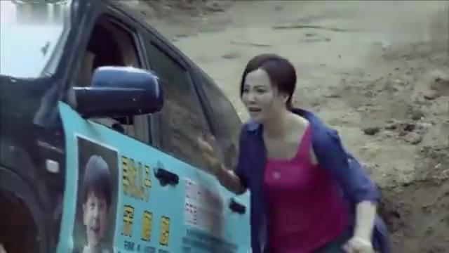 女子开车进村陷大坑,村民们都不帮她,小伙出面救她