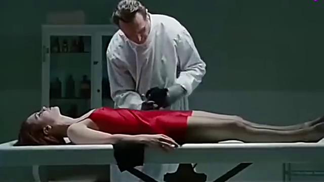 入殓师清理女尸服装,下一秒却睁眼说话了,他却不慌
